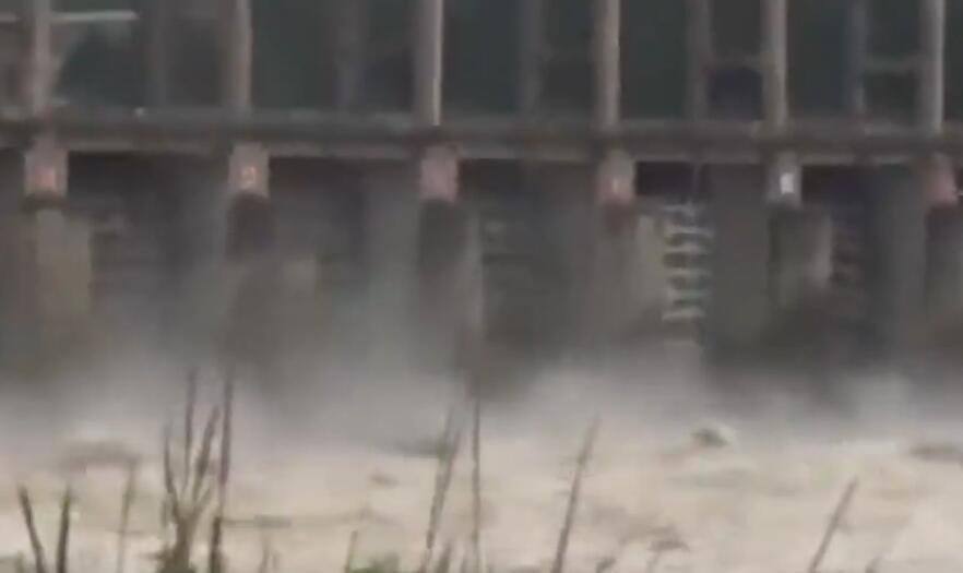 噩耗传来!网红沙滩再发事故 一艘渔船被打翻3人落水1人失踪