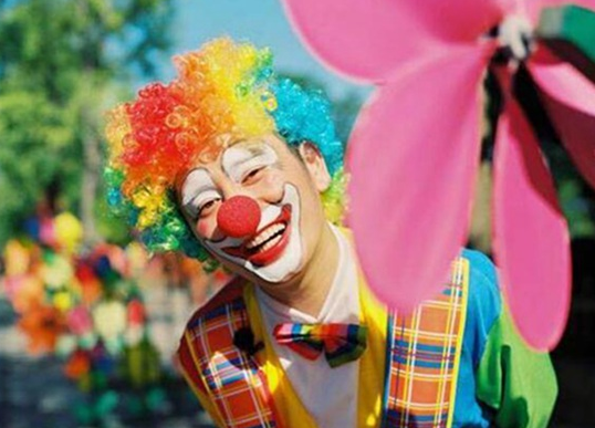 悲伤那么大!钱枫回应扮小丑 《我家那小子》瀑布下凹造型拍照失败
