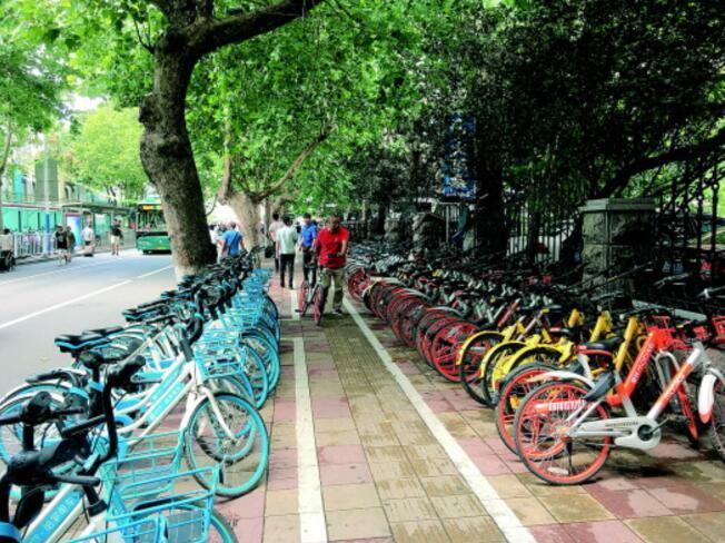 多部门联合会诊单车乱停 火车站东出口共享单车秩序得改善