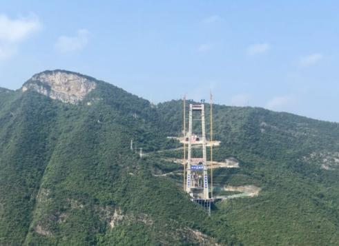 惊叹!无人机修建悬索桥 牵2000米绳索9分钟飞越赤水