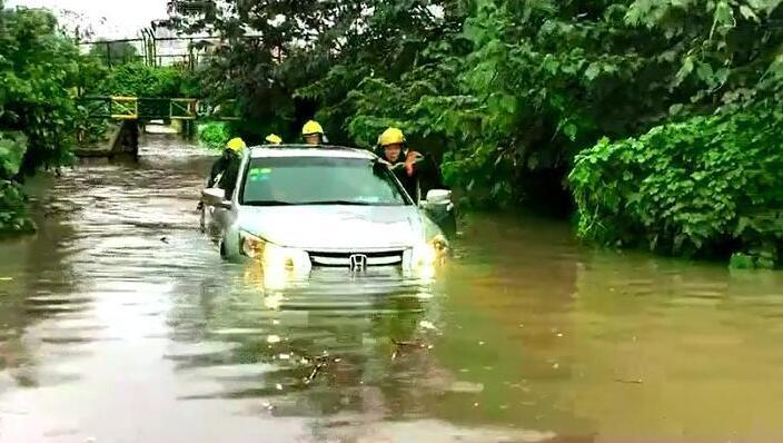 暴雨致桥洞积水,两人被困车内,消防官兵急救