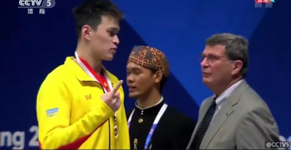 好样的!亚运首日孙杨亮相 因颁奖仪式上国旗掉落后的这一霸气举动圈粉