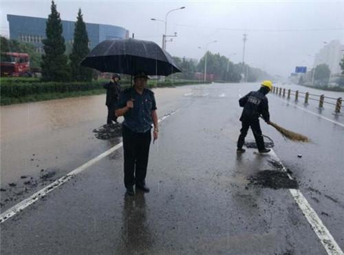 风雨中,历城交通人在行动
