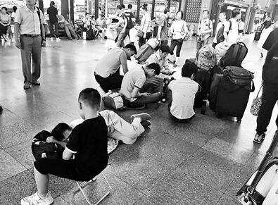 引争议!北京站设收费休息厅 坐在地上候车具体怎么回事