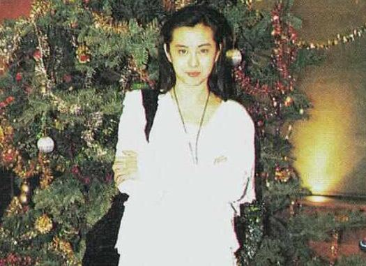 超吸睛!王祖贤全家照曝光 女神继承了大长腿和高颜值