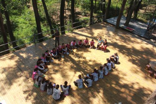 野外拓展提素质 团队凝聚促和谐 ——槐荫区大金新苑幼儿园教师拓展训练活动