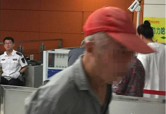 """哈尔滨:老汉怒砸地铁闸口 掏出个人履历称""""不是一般人"""""""