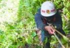 3名男子野外探险被困百米深坑 消防员花2小时救出