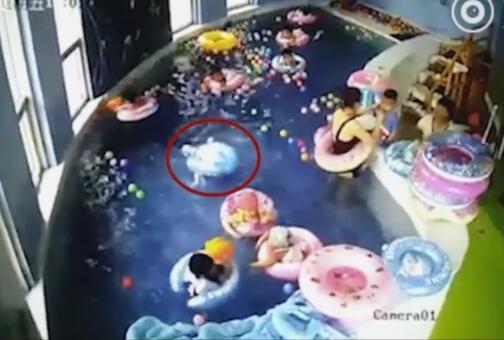 惊险!幼儿早教游泳溺水无人发现 倒扣在水中长达两分钟