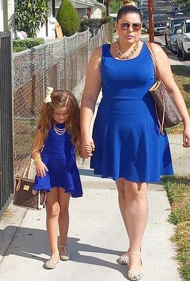 美化妆师花数千美元与十岁女儿穿姊妹装 吸粉无数