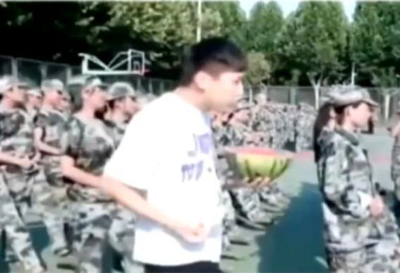 苍天饶过谁?吃西瓜诱惑军训生悲剧了 史上最惨吃瓜群众具体怎么回事?