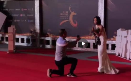【星娱乐】是谁这么大胆?王珞丹红毯被求婚 面对如此疯狂的场面竟然如此有耐心