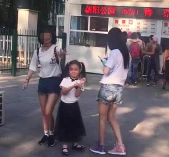 """""""馨爷""""威武!李小璐朋友圈曝光 甜馨小小年纪竟有一副菩萨心肠"""