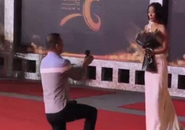 【星娱乐】博眼球无下限?王珞丹红毯被求婚 被吓到连连后退场面尴尬具体怎么回事