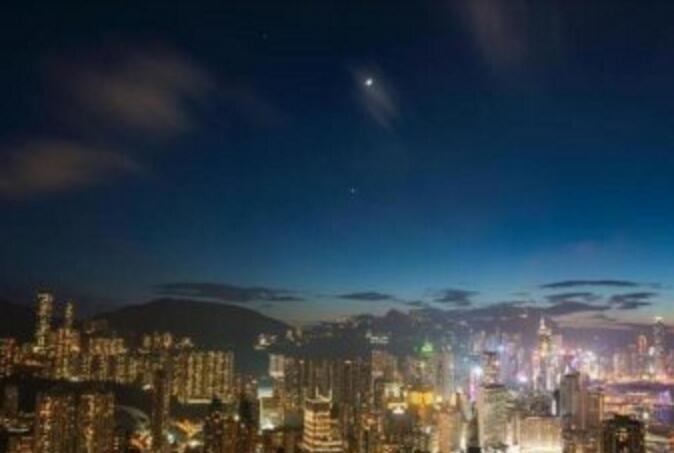 美如画!香港夜空双星伴月