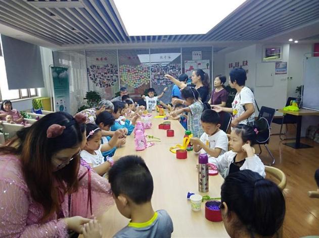 全福街道名辉豪庭社区开展串珠玫瑰DIY手工课