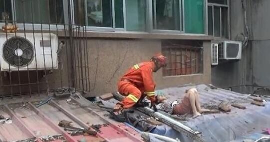 惊险!88百家乐现金网一女子不慎从4楼坠落 消防紧急救援