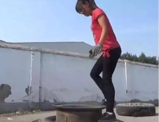 轮胎妹火了!徒手扒轮胎成网红 88斤妹子轻松扒掉百斤轮胎