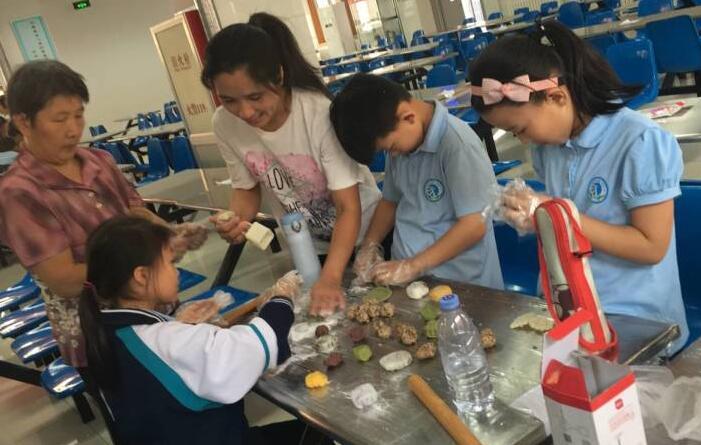 """中秋节""""进""""课堂  制作感恩月饼送给老师和父母"""
