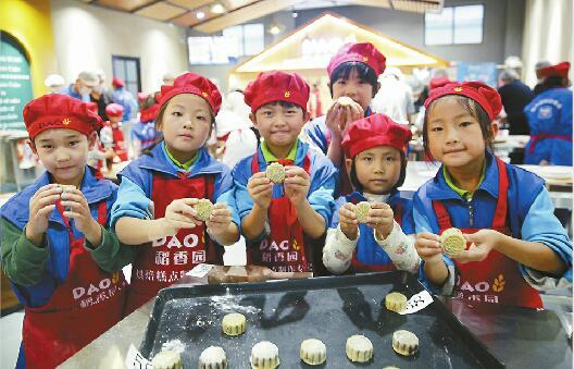 中秋节是个团圆的节日,而对于不少留守儿童来说,因为父母在外打工