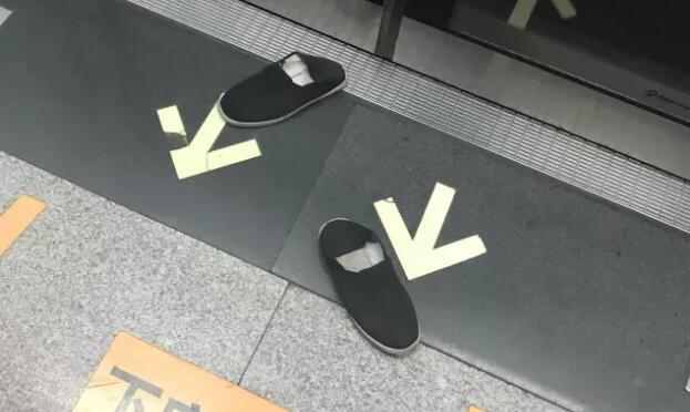 男子地铁横躺座椅鞋被踢出车厢 网友:乘客的做法解气