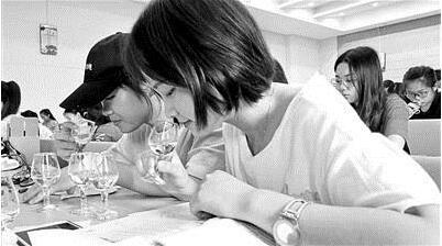 四川高校被指上课教喝酒 师生回...