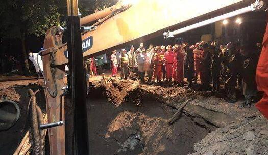 四川一路面塌陷吞噬4人 一被困者经抢救无效死亡