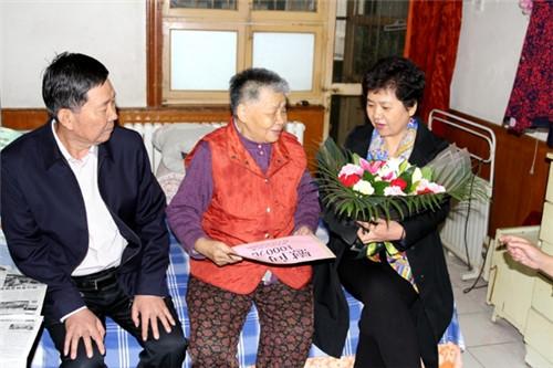 韩宏伟同志到甸柳街道走访慰问老年人