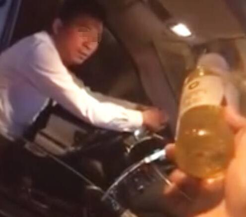 谁的责任?乘客搭乘专车却喝到尿 滴滴回应:司机用矿泉水瓶方便致乘客误饮