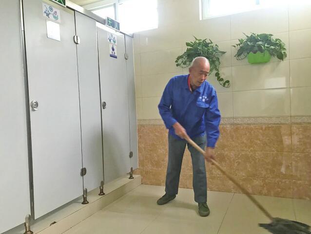 公厕该不该放纸?这个难题市中给破了!