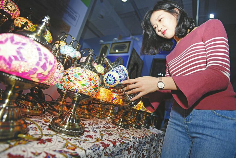 文博会:德国钟表、非洲木雕、伊朗手工艺品……异域风情演绎国际范儿