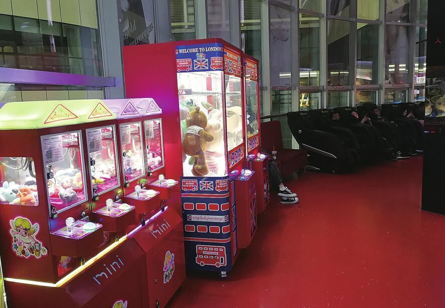 继娃娃机、迷你KTV、推拿椅后,口红机和福袋机又走红——网红机掘金碎片化商机