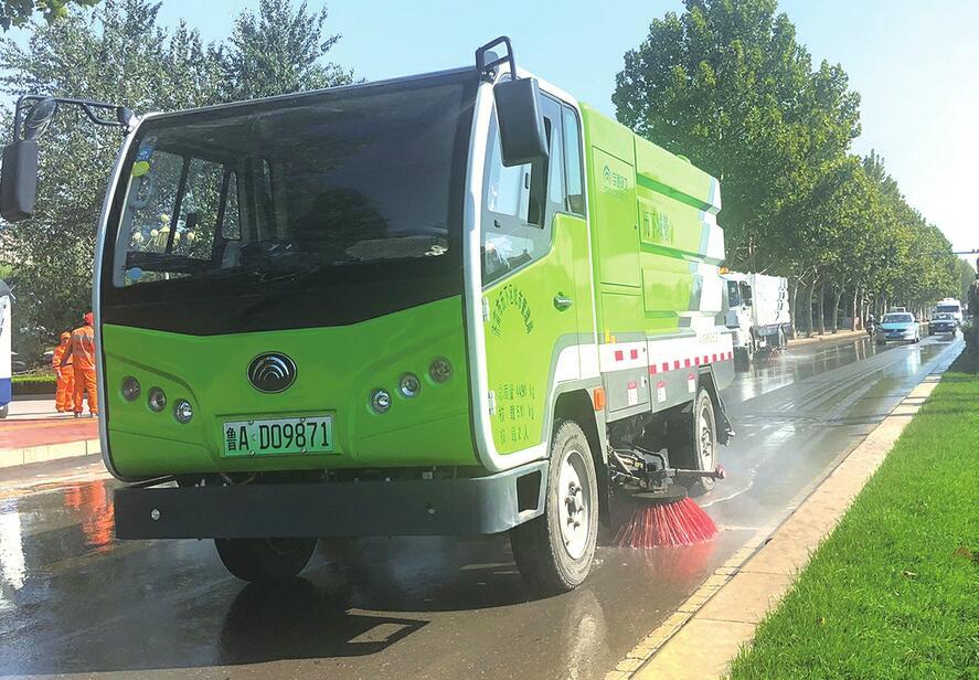 历下区在全市率先引进17辆新能源环卫车