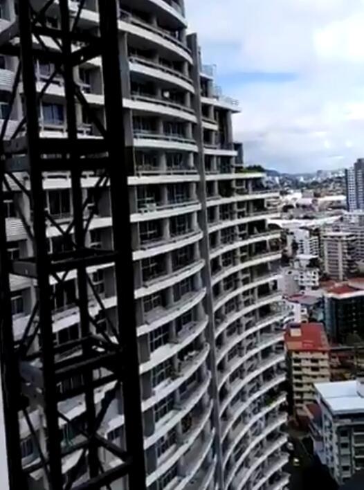 自拍狂请收敛!女子阳台自拍身亡 骑栏杆自拍下一秒从27楼摔下