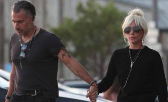 男友将近50岁?Lady Gaga订婚 一向穿衣大胆的