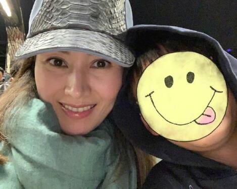 像爸爸照旧像妈妈?李嘉欣与爱子合影 网友:最靓欣妈和最帅JM