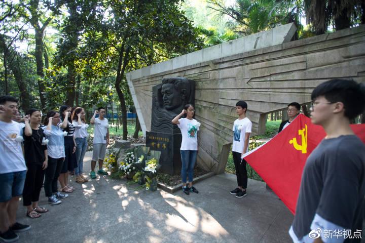 华中科技大学预备党员在胡吉伟塑像前向党旗宣誓(2017年8月29日)新华社