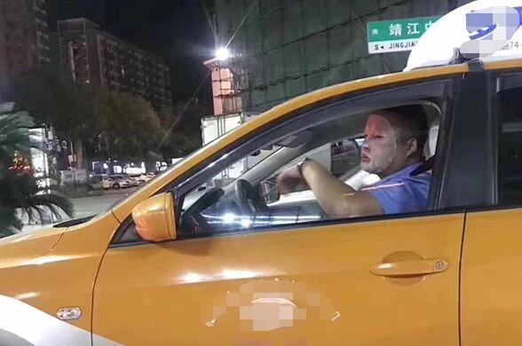 浙江25岁的哥:开车敷面膜被停运 交警解释这波操作多危险