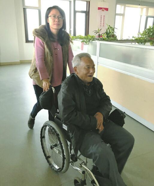 老通讯员坐轮椅来报业大厦再续情缘——《济南日报》是我写作人生的摇篮