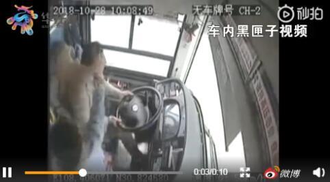重庆公交坠江原因:乘客与驾驶员争吵 动手厮打导致方向盘脱手