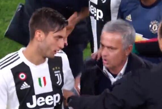 家人被问候90分钟?穆里尼奥挑衅球迷 不竖手指了?这个手势霸气十足