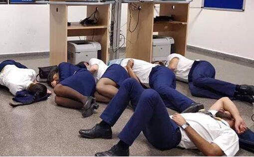 玩过头了?空姐集体睡地板怎么回事?6人为博眼球疯狂