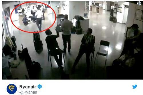 瑞安航空:3名空姐集体睡地板摆拍 员工:照片表达一种抗议