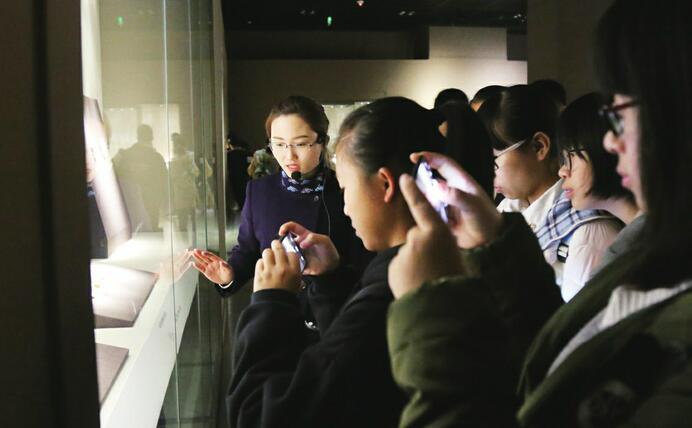 """焦家遗址出土文物首次在省博集中亮相 5000年前的""""山东大汉""""引人关注"""