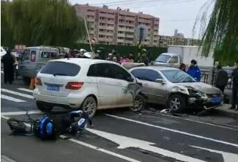 88百家乐现金网一女司机穿睡衣开奔驰连撞多车 一人死亡