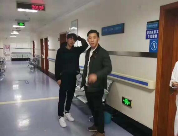 莫名戳中萌点!王俊凯被鱼刺卡深夜出现在医院竟被护士迷妹要签名