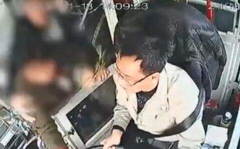 四川绵阳大妈抢公交方向盘 万州公交车坠江教训还不够吗?