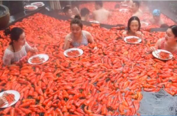 一边泡一边吃?1分钟吞20个辣椒敢挑战吗 网友:要换成小龙虾我就赢了
