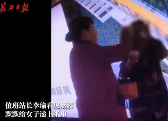 泪流不止!陌生人递纸巾给泪流不止女子 希望她可以被暖到!