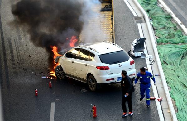 青岛路与淄博路交叉口附近车辆自燃 消防及时扑灭